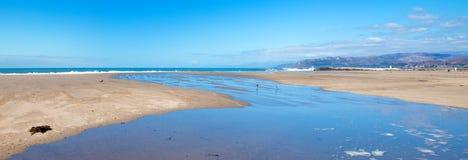 Wellengezeitenüberlauf in Gezeitenpool auf Surfer-Hügelstrand in Ventura California USA stockfotografie