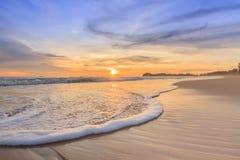 Wellenschaum, der den Strand weitergeht Lizenzfreie Stockfotografie