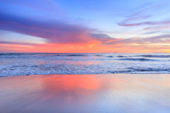 Wellenschaum, der den Strand weitergeht Lizenzfreie Stockfotos