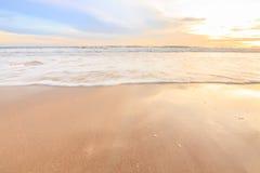 Wellenschaum, der den Strand weitergeht Stockbild
