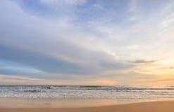 Wellenschaum, der den Strand weitergeht Stockbilder