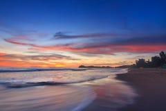 Wellenschaum, der den Strand weitergeht Stockfotografie