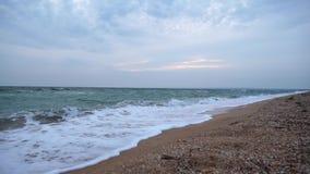 Wellensprayspritzen über Strand in blauem Meer Weiche Welle auf dem sandigen Strand Hoher Auflösung JPG stock video footage