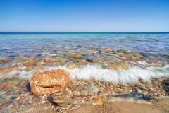 Wellenspritzen Steine am Ozeanufer Die Ostsee Stockfotos