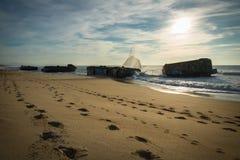 Wellenwasserspritzen hinter Blockhaus auf szenischem schönem Meerblick des sandigen Strandes mit dem Spritzen bewegt wellenartig Stockbilder