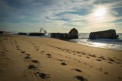 Wellenwasserspritzen hinter Blockhaus auf szenischem schönem Meerblick des sandigen Strandes mit dem Spritzen bewegt wellenartig Lizenzfreies Stockbild
