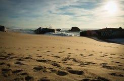 Wellenwasserspritzen hinter Blockhaus auf szenischem schönem Meerblick des sandigen Strandes mit dem Spritzen bewegt wellenartig Lizenzfreies Stockfoto