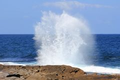 Wellenzertrümmern Stockbild