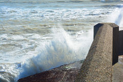Wellenzusammenstoßen stockbild