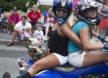 Wellfleet, Massachusetts, EUA 4 de julho de 2014: Duas jovens mulheres que montam em uma motocicleta no Wellfleet Imagens de Stock