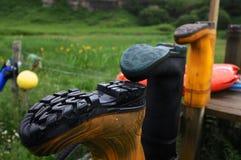 Wellies που τοποθετείται στους ξύλινους πόλους στοκ φωτογραφία με δικαίωμα ελεύθερης χρήσης