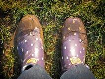 Wellies que caminan fangosos Foto de archivo