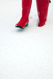 Wellies rouges dans la neige photos stock