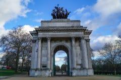 Wellington Arch o l'arco di costituzione è un arco trionfale situato al sud di Hyde Park a Londra Nuvoloso drammatico immagini stock libere da diritti