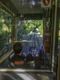 Wellington Cable Car-Fahrer schaut voran hinunter die Bahnen durch die Kabinenwindschutzscheibe lizenzfreie stockbilder