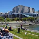 Wellington ludzie Cieszy się wiosny światło słoneczne na zewnątrz urzędu miasta Zdjęcia Stock