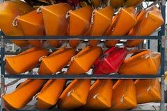 WELLINGTON, NIEUW ZEELAND - JUNI 2, 2012: Een stapel van rood en yello Royalty-vrije Stock Afbeeldingen