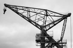 WELLINGTON, NOVA ZELÂNDIA - 2 DE JUNHO DE 2012: Guindaste do porto em preto e branco Fotos de Stock Royalty Free