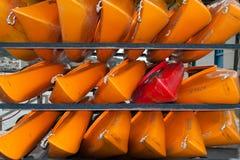 WELLINGTON, NUOVA ZELANDA - 2 GIUGNO 2012: Una pila di rosso e di yello Fotografia Stock