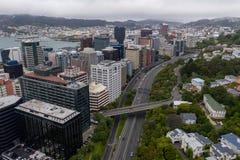 Wellington Urban Motorway Heading Into CBD, Nova Zelândia fotos de stock