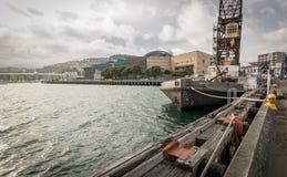 Wellington Waterfront, fartyg- och Crane In framdel av Te Papa Royaltyfri Fotografi