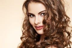 Wellness. Όμορφο μοντέλο με το μακρύ σγουρό τρίχωμα στοκ φωτογραφίες με δικαίωμα ελεύθερης χρήσης