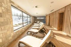 Αποκλειστική πισίνα σε ένα ξενοδοχείο wellness Εσωτερική πισίνα θερέτρου πολυτέλειας με το όμορφο καθαρό μπλε νερό Στοκ Εικόνα