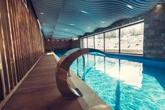 Αποκλειστική πισίνα σε ένα ξενοδοχείο wellness Εσωτερική πισίνα θερέτρου πολυτέλειας με το όμορφο καθαρό μπλε νερό Στοκ Φωτογραφίες