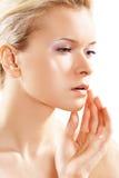 Wellness & huidzorg. Zuiver vrouwelijk model zacht gezicht, Stock Fotografie