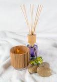 Wellness, aromatisk olja med en dekorativ tealight och stenar Royaltyfri Fotografi