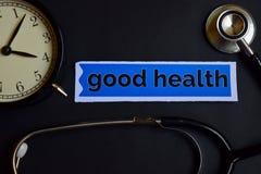 Wellness auf dem Druckpapier mit Gesundheitswesen-Konzept-Inspiration Wecker, schwarzes Stethoskop Gute Gesundheit auf dem Druckp lizenzfreie stockbilder