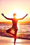 Wellness av meningen - yogakvinnaanseendet på ett ben som gör trädet, poserar Arkivbild