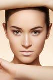 Wellness, brunnsort & hälsa. Model framsida med clean hud Royaltyfria Foton