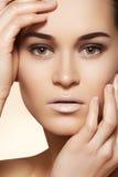 Wellness brunnsort, smink, hud. Härlig model framsida Royaltyfri Foto