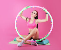 wellness Clube de esporte Mulher que senta-se com equipamento de esporte Fotos de Stock Royalty Free