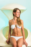Wellness - den unga kvinnan som svävar i Spa tankar in royaltyfria foton