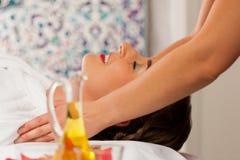 Wellness - donna che ottiene massaggio capo in stazione termale Immagine Stock Libera da Diritti