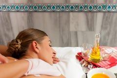 Wellness - donna che ottiene massaggio in stazione termale Immagini Stock