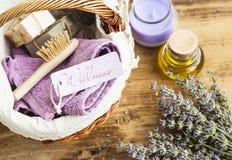 Wellness en kuuroordpunten met lavendelkruid, olie, kaars, handdoeken Stock Afbeeldingen