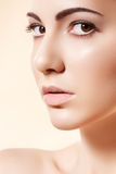 wellness för brunnsort för hud för hälsa för kvinnlig för skönhetomsorgsframsida Arkivbilder