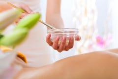 Wellness - Frau, die Körpermassage im Badekurort erhält lizenzfreie stockfotos