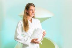 Wellness - giovane donna che galleggia nella stazione termale in serbatoio immagine stock