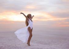 wellness Härlig fri förtroendekvinna i den vita baddräktenjoen arkivfoto