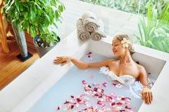 wellness Haut, Körperpflege-Badekurort-Therapie Frau im Bad schönheit Lizenzfreie Stockbilder