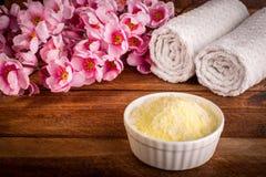Wellness het plaatsen Overzees zout in kom, handdoek en bloemen op bruin t Royalty-vrije Stock Foto's