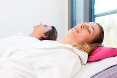 Wellness - homem e mulher que relaxam após a sauna Fotografia de Stock