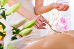 Wellness - kobieta dostaje ciało masaż w zdroju Fotografia Stock