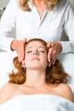 Wellness - kvinna som får den head massagen i Spa arkivfoto