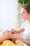 Wellness - kvinna som får den head massagen i Spa arkivbilder