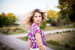 Wellness och brunnsort Sinnlig kvinnamodell med windswept flygmörker Arkivfoton